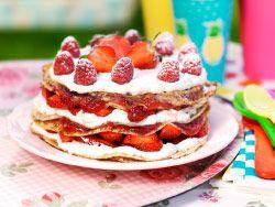 Dessert suédois composé de fraises, crêpes et crème