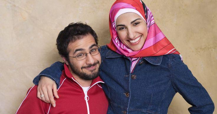 Costumes de mulheres árabes. O mundo de língua árabe é um lugar diverso, com uma variedade de diferenças nas esferas da política, dos costumes e das especificidades da religião. Apesar de não haver costumes totalmente iguais dentro da própria cultura árabe, há alguns costumes gerais que cercam as mulheres.