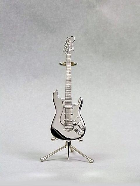 FenderVintage'57 Stratocaster type 本体サイズ:59mm×18mm スモールヘッド(PRE CBS) ピックアップ:3 original '57/'62 Strat ブリッジ:Synchronized Tremolo ペグ:クルーソン・タイプ  本体:シルバー925無垢、スタンド:シルバー925+ケース付き ピンブローチ、タイタック、ペンダント選択 本体:シルバー925無垢、 スタンド:シルバー925+ケース付き