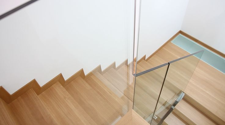 Legno e vetro per una scala dove la tradizione sposa il design