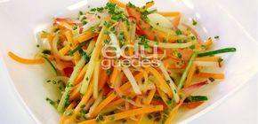 Mix de Legumes - Passe a cebola na água quente rapidamente e depois na água fria para tirar a acidez. Em uma tigela, misture a cebola, a cenoura, o tomate, o pepino e o rabanete. À parte, misture o azeite de oliva com o maracujá, o mel, o vinagre e o sal. Sirva os legumes com o molho e …