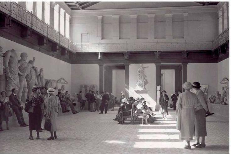 Επισκέπτες στην κεντρική αίθουσα του πρώτου Αρχαιολογικού Μουσείου της Ολυμπίας το 1935.