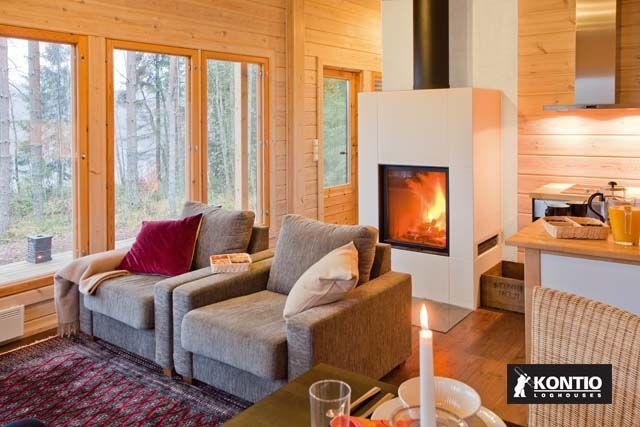 Séjour avec cheminée dans un chalet en bois de la marque Kontio.  http://www.kontio.fr/