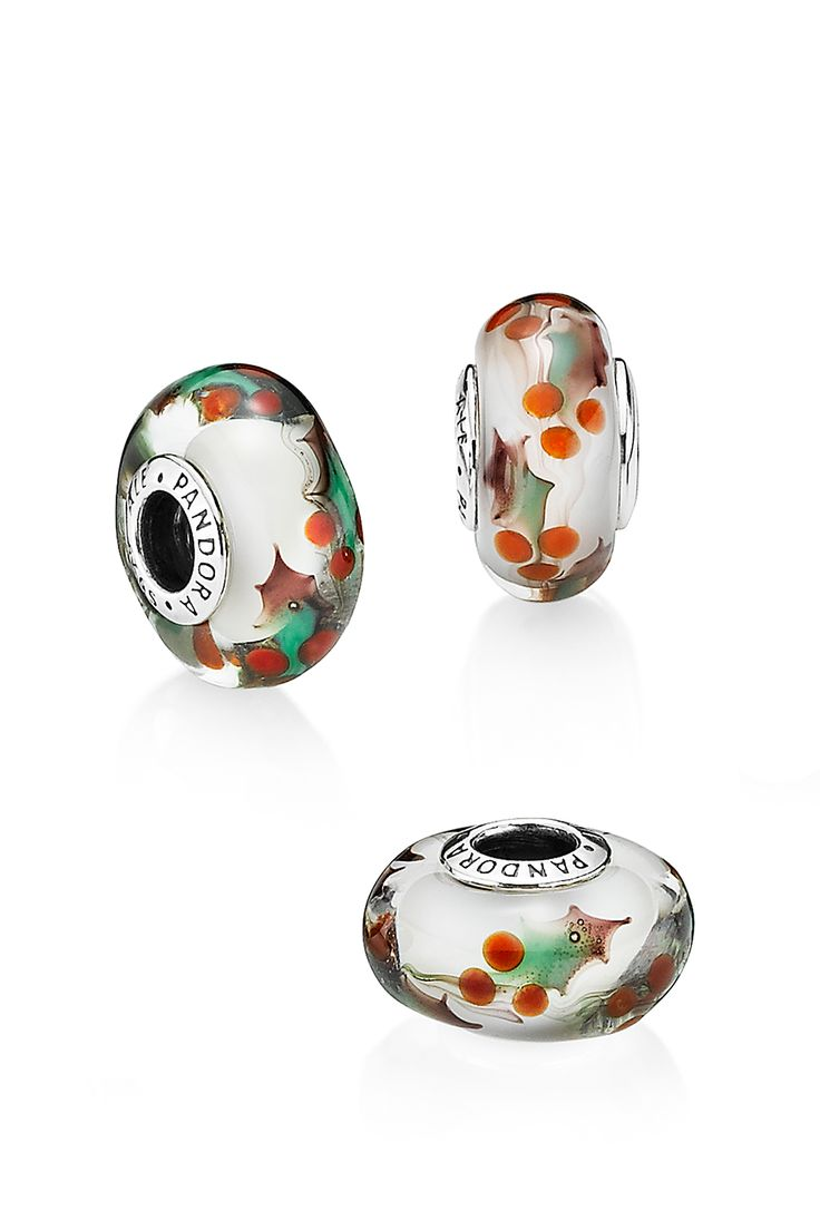 With its vibrant green leaves and cheerful red berries, holly is firmly linked with Christmas. Decorated with sprigs of the festive greenery, this handcrafted glass design will put everyone in the Christmas mood. #PANDORA #PANDORAcharm