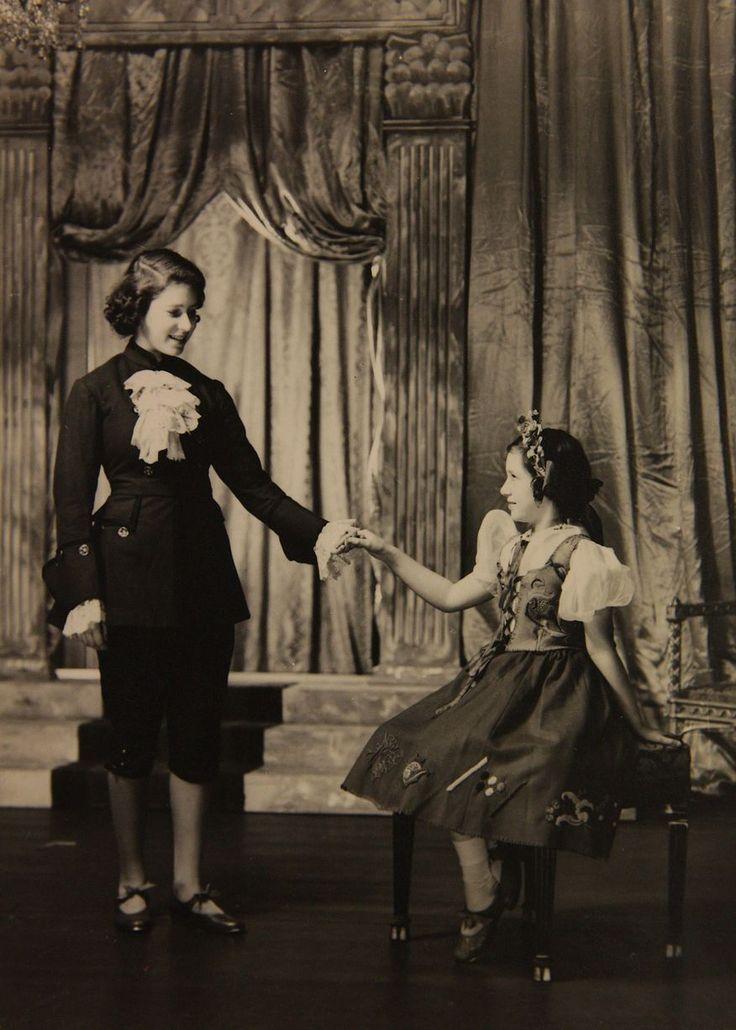 Fotos raras da jovem rainha Elizabeth II com sua irmã, Margaret, mostram a família real durante peças escolares. | Rainhas Trágicas