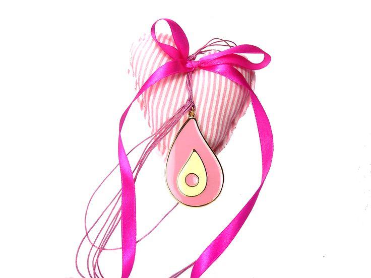 Πανέμορφο κρεμαστό γούρι-φυλαχτό για κορίτσι.  Ιδανικό δώρο για νεογέννητο & βάπτιση.  Μπορεί να φορεθεί και από τη μαμά σαν κόσμημα.