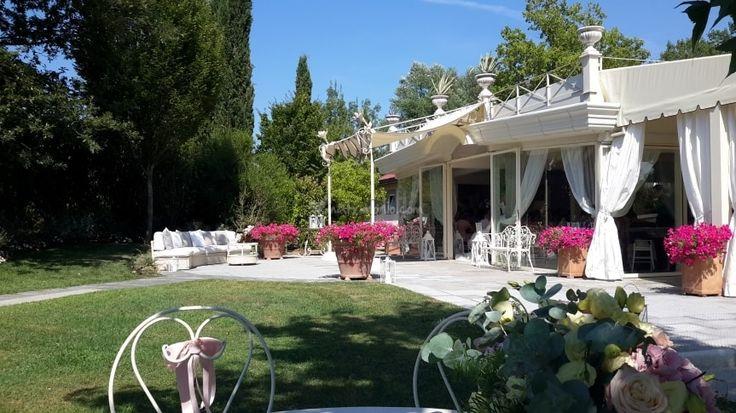 Tenuta I Massini è una location country-chic, immersa nel paesaggio romantico dei colli fiorentini, affascinante cornice per ospitare il vostro ricevimento di nozze anche in giardino e farvi vivere il sogno di un matrimonio indimenticabile. Spazi e