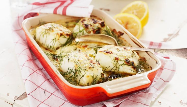 Dill er en fantastisk urt til sjømat, og i denne oppskriften setter den smak på ovnsbakt torsk og reker. Det er enkelt og raskt når saus, grønnsaker og fisk skal i samme form.