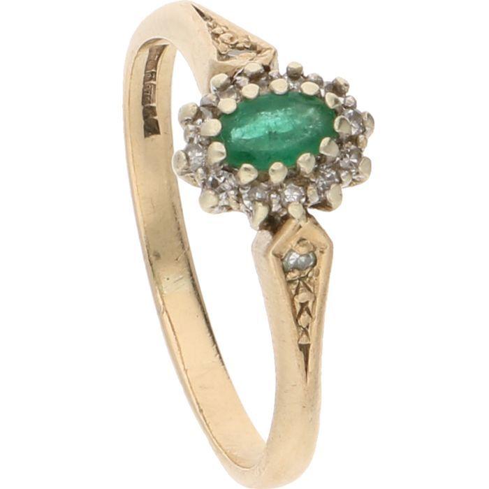9kt goud (BWG) - Geelgouden rozetring van DS&Co bezet met een ovaal geslepen smaragd en 14 achtkant geslepen diamanten van totaal ca. 007 crt. in een witgouden zetting- Ringmaat: 1775 mm  Geelgouden rozetring van DS&Co bezet met een ovaal geslepen smaragd en 14 achtkant geslepen diamanten van totaal ca. 007 crt. in een witgouden zettingGehalte: 375/1000 (BWG)Totaalgewicht: 226 gramRingmaat: 1775 mmAfmetingen smaragd: 4 mm x 2 mmDiamantenAantal: 14Grootte: ca. 0005 crt. per stuk totaal ca…
