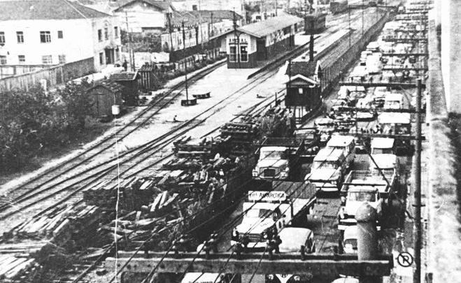 Estação Areal onde hoje está a estação Carandiru do Metrô, em foto de 1964 (acervo Tony Belviso). De um lado um vasto espaço reto, plano e nivelado praticamente sem uso. Do outro lado, carros, ônibus e caminhões se espremem em ruas apertadas. Em novembro desse mesmo ano o trem da Cantareira fez sua última viagem.