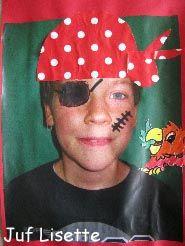 zelfportret van een piraat. foto maken tegen neutrale achtergrond, daarna maak je er een piraat van met papier en stiften