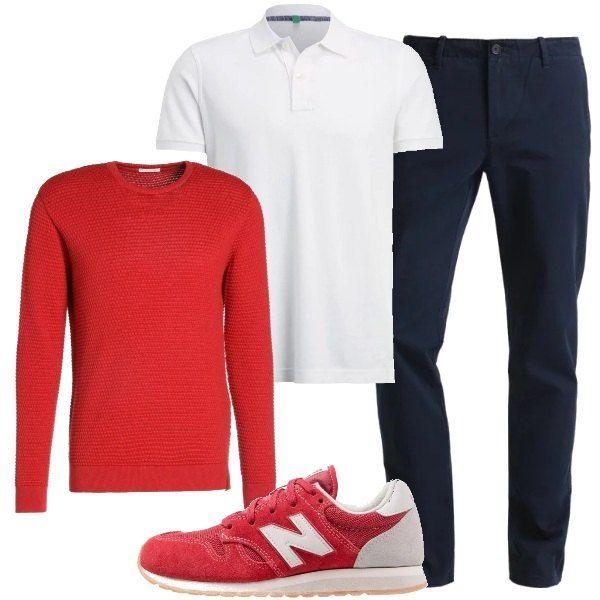 Il bianco della polo a manica corta viene abbinato al blu dei pantaloni. Si consiglia di aggiungere un pullover rosso, che si può decidere di indossare o semplicemente portare sulle spalle annodato. Le scarpe sono delle sneakers bicolore.