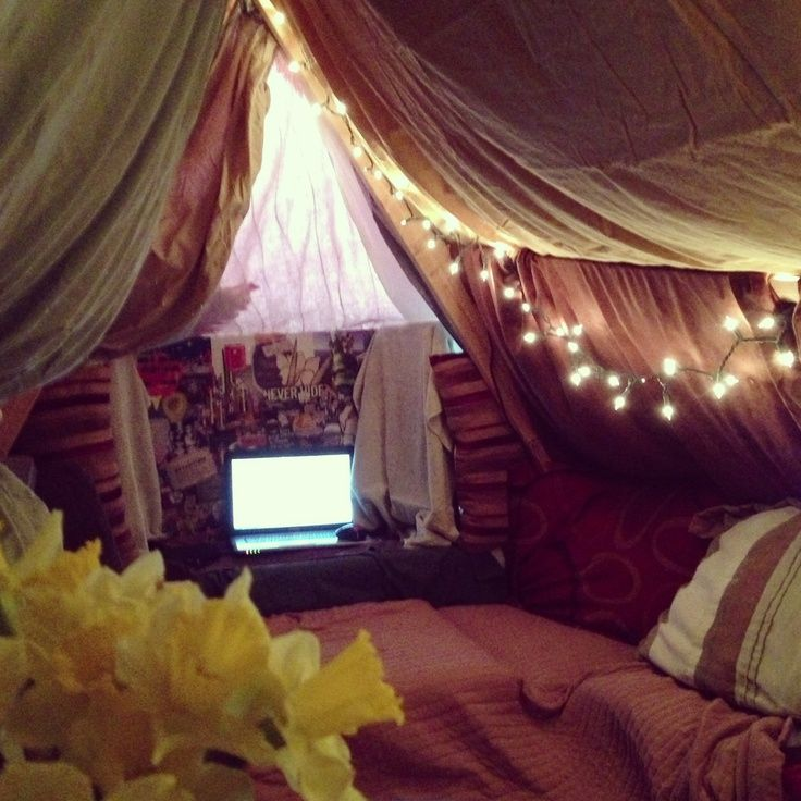 · Find a location with enough space. Your blanket fort will need to have enough room for you to crawl and play in, so make sure that the room where you're creating your fort has enough space.