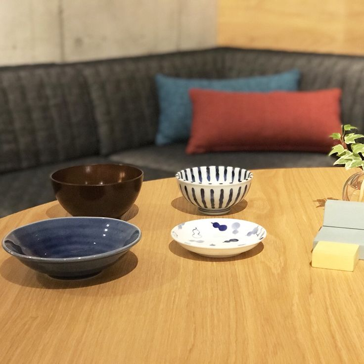 ローソファ専門店HAREM / 東京ショールームランチ会、第2弾。今回の献立は鯖の味噌煮と鶏皮ポン酢、豆腐とワカメのお味噌汁です。  今時期の鯖は寒サバとも呼ばれ、脂ノリが良くとっても美味しく仕上がりました。和定食には和室にピカソソファとmiiこたつの組み合わせがしっくりきますね。