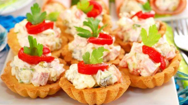 Куриный салат в тарталетках