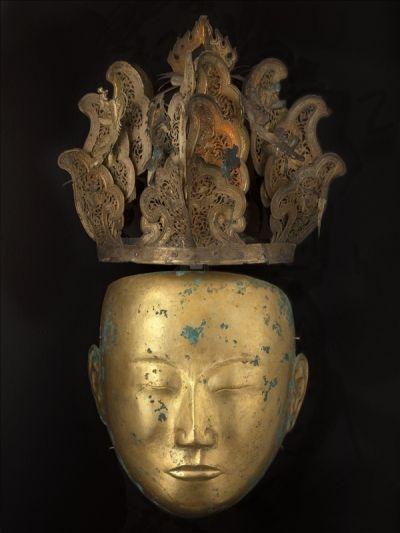 Parure funéraire masculine Premier quart du XIIe siècle, dynastie des Liao (907 – 1125) Mongolie Intérieure ou Liaoning Métal doré H : 24.1cm L : 21.5cm (Masque), H : 23.7cm L : 28.3cm (Coiffe) Musée Cernuschi, M.C. 2001-8(Masque), M.C. 2001-9(Coiffe)