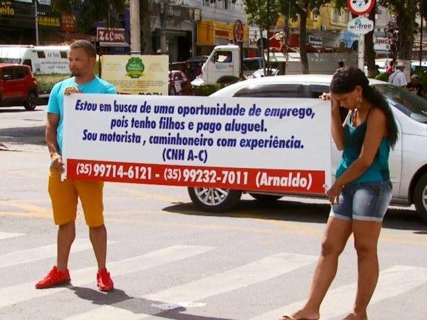 Homem que pedia emprego usando faixa é contratado em Pouso Alegre