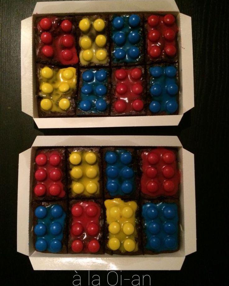 Brownie legoblokjes van glazuur (poedersuiker met water en kleurstof) en m&m's.