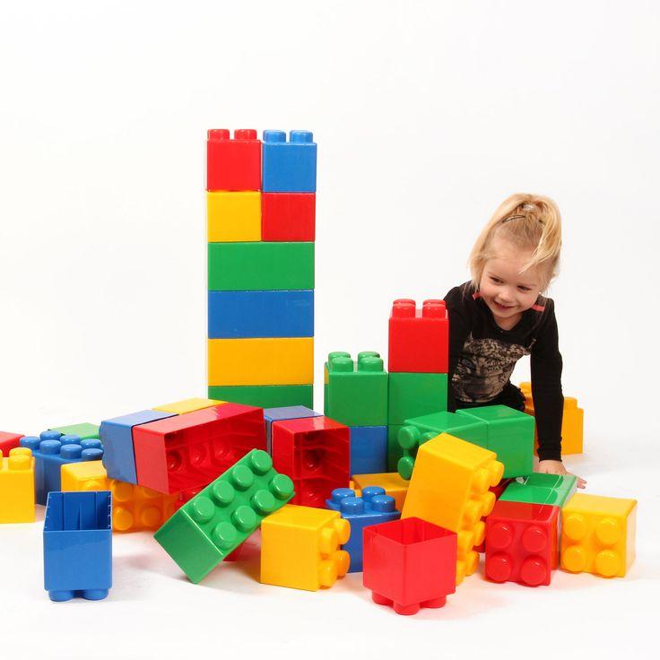 Bouw een huis, een toren, een kasteel en nog vele andere prachtige bouwwerken met de XXL Bouwblokken van Polesie. De blokken zijn gemaakt van kwalitatieve kunststof waardoor ze extra sterk zijn.  De set bestaat uit 45 grote blokken in blauw, groen, rood en geel.