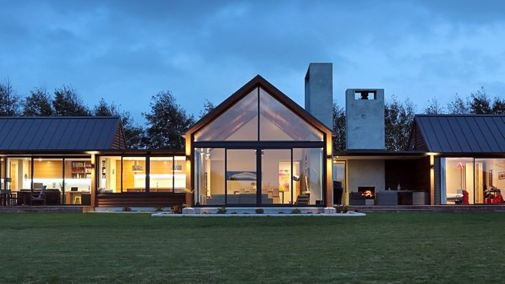 LOVE this big peaked roof and the big windows... Invercargill House, Southland Mason & Wales Architects