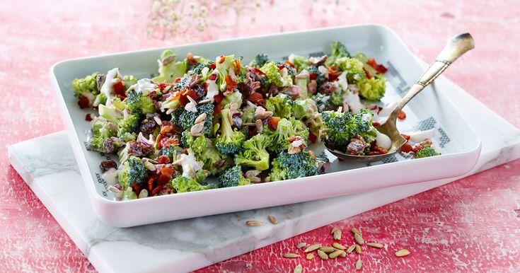 Broccolisalat med bacon, solsikkekerner og rosiner.  Antal portioner  Dressing  2½ dl Karolines Køkken® økologisk Fraiche 9% 2 tsk rødvinseddike 1½ spsk sukker Salat  300 g bacon i meget små tern 800 g broccoli i meget små buketter 1 rødløg i meget små tern (ca. 100 g) 1½ dl solsikkekerner 1½ dl rosiner