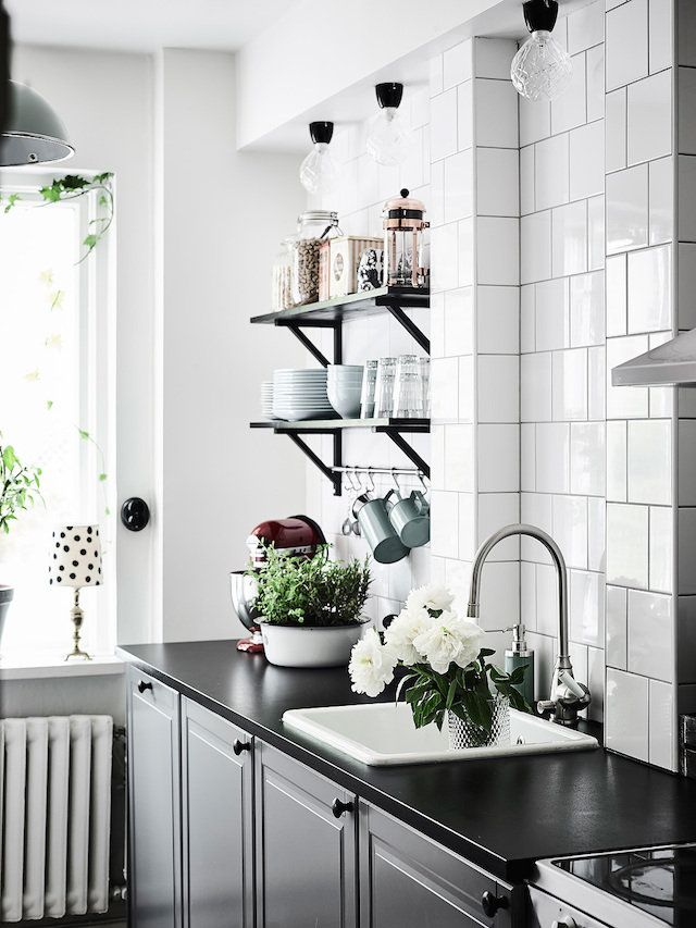 Monochrome kitchen - Entrance.