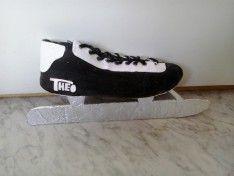 Schaats als surprise. Gemaakt van een oude schoen. Om deze schoen doe je een zwarte sok. De rest is gewoon even creatief zijn.