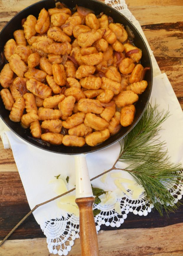 Essen, das unglaublich glücklich macht! <3 Ja, in diese Schublade würde ich meine Süßkartoffel-Gnocchi reinlegen… Gnocchi sind einfach immer eine gute Idee! Zu den guten süßen Knollen ha…