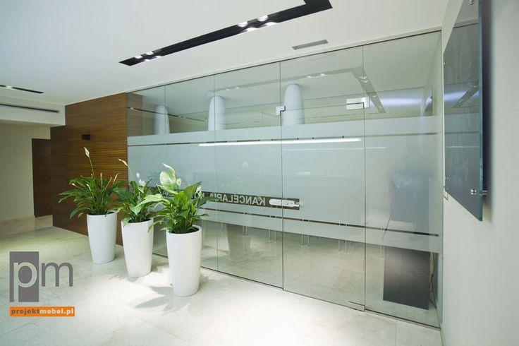 Wejście do kancelarii to  bezramowy system szklanych płyt. Takie rozwiązanie dzieli przestrzeń, ale jej nie separuje, dzięki czemu wszystkie strefy biura pozostają integralną całością.http://www.projektmebel.pl/oferta/scianki-i-przegrody