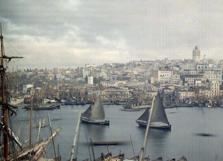 Il tramonto di un impero Fotografia di Jules Gervaise Courtellemont, National Geographic  Questa foto del 1923 raffigura Costantinopoli alla fine dell'Impero Ottomano, quando era appena stata proclamata la Repubblica Turca. Sette anni dopo, la città venne ribattezzata Istanbul.