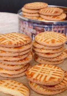 Francia sós vajas keksz - Sables Breton (Hozzávalók: 35 dkg liszt, 25 dkg porcukor, 20 dkg sós vaj, 5 tojás sárgája (L méretű tojás), 1 csapott kávéskanál só (ha nem sózott a vaj, akkor 2), 6 g sütőpor  A tetejére: 1 tojássárgája, 1 evőkanál tej) #snack