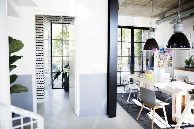 На первом этаже находятся кухня и гостиная, которые объединены в единое пространство.