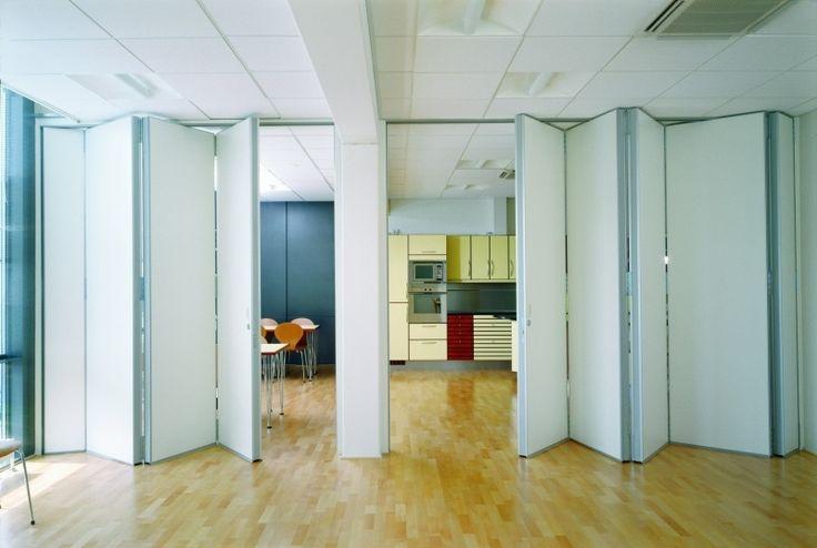 schlicher weißer Raumteiler in einem Büro