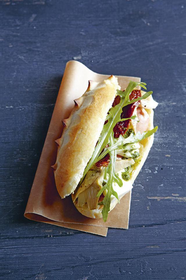 """Viva<strong>""""/></strong></p> <h6> Voor 4 hotdogs</h6> <p>Verwarm de oven voor op 160°C. Snij 4 opgelegde artisjokken in stukjes. Laat 8 opgelegde tomaten uitlekken. Snij 1 bolletje buffelmozzarella in stukjes. Pel 1 sjalot en snij fijn. Meng 1 bosje basilicum met het sap van 1/2 citroen en 4 el olijfolie. Mix glad. Voeg dan de sjalot toe. Meng de rucola met de mozzarella en de basilicumolie. Pocheer 2 cervelaatworsten 5 minuten in net niet kokend water. Snij ze dan in de lengte doormidden…"""