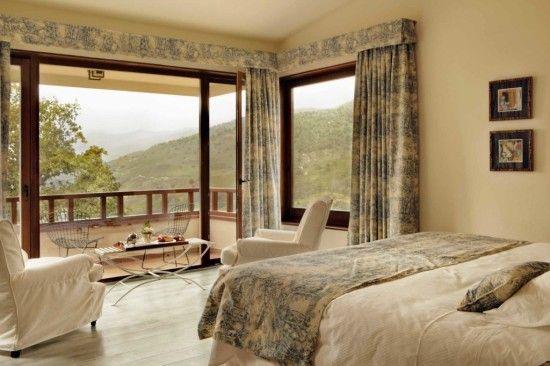 Dormitorio con ventanales