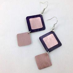Pendientes & # 039; oídos púrpura y cápsulas de café Nespresso rosa viejo