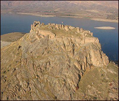 Pertek Kalesi-Pertek Kalesi  Tunceli ili Pertek ilçesinin 3 km. güneybatısında, Eski Pertek'in güneybatısında kayalık bir tepe üzerinde, Murat Nehri kıyısında bulunan bu kale Keban Barajı'nın yapımından sonra etrafı sularla çevrili bir ada görünümünü almıştır.