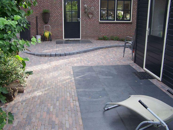 Jaren30woningen.nl | Inspiratie voor de bestrating bij een #jaren30 woning. Hardgebakken klinkertjes en antraciete 60x60 tegels