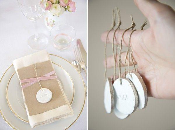 Si aún no has elegido cómo serán los marcasitios para su boda entonces no te pierdas este tutorial que te enseñará cómo hacer los tuyos con porcelana y pintura ¡toma nota!