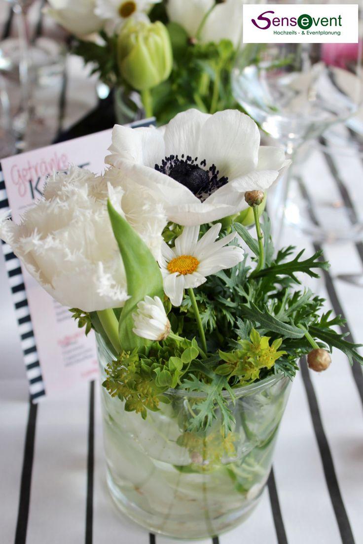 Zarte Tulpen, Pfingstrosen und weißer Mohn und Margariten in der maritimen Tischdekoration