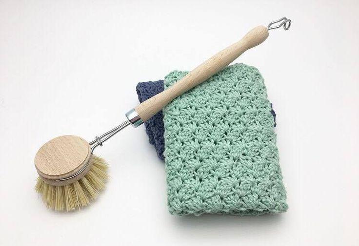 """Hæklet Karklud i sedge stitch Den er hæklet i enkelt bomuldsgarn 8/4 på nå nr. 3 Der er brugt ca. 50 g. pr klud Mål 28×28 cm Den er hæklet i mønsteret sedge stitch, som du finder en guide på her Mønsteret er deleligt med 3+2 Start med at slå 68 luftmasker op. I 3 lm, fra nålen hækles nu 2 stangmasker, spring 2 luftmasker over og hækl """"1fm, 2 stgm"""" i næste maske. """"Spring 2 lm over, hækl 1fm, 2stgm i næste"""" Gentag rækken ud indtil du har 2 lm tilbage. Spring 1 lm over og hækl 1 fm"""