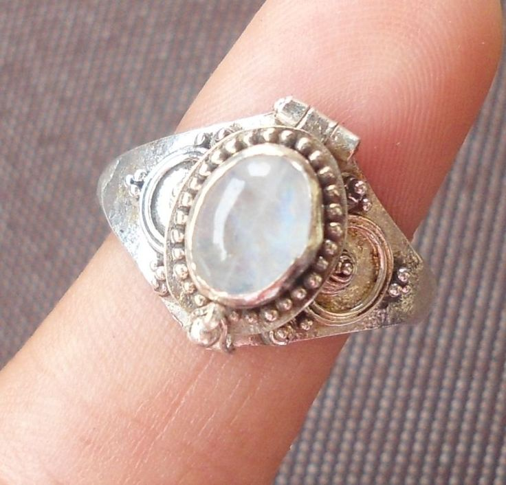 Size 7-AT04-925 Sterling Silver Balinese Poison/Locket Ring W Rainbow Moonstone