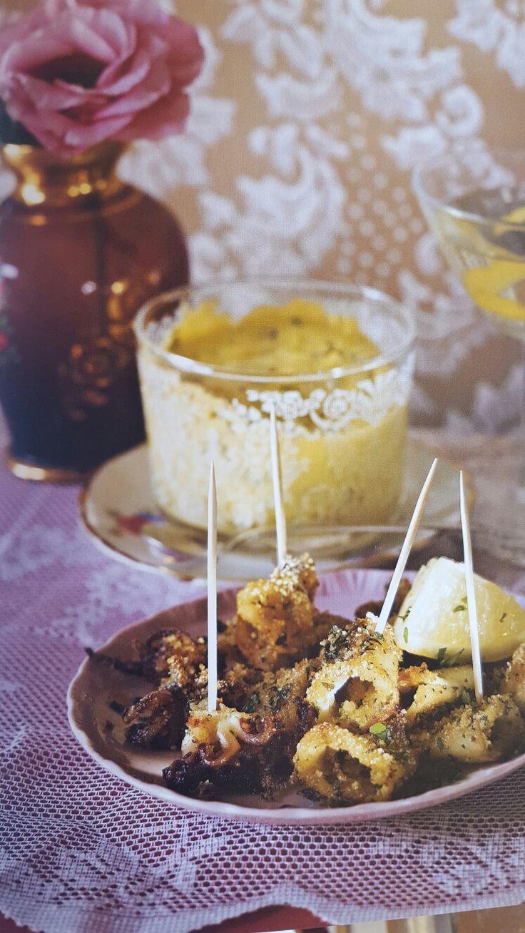 Gefrituurde calamaris met broodkruim en tijm-tabasco-mayonaise.