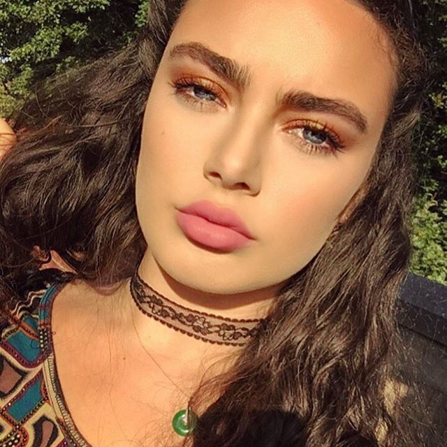 The sun & I are constantly trying to battle for the right for me to take a selfie with my eyes open 😂😑 Who else has this struggle? The lighting is perfect but you're constantly getting blinded and frowning 🙃😂 why are you so jealous Mrs sun?! Let me live gosh 👀🙃💅🏼😂 I got this lace choker from River island for £6 🙊 ooooh and random fact... chokers through out history have been an empowerment statement apparently 👀 does anyone know why? Love and positivity from your girl Positive…