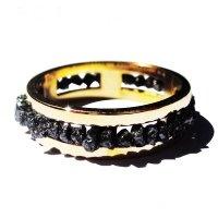 Oro e pietre nere per aggiungere un po' di glamour al tuo stile classico