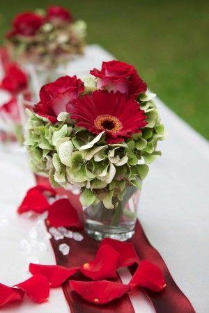 Tischdeko: Rote Rosen und rote Gerberas in Kombination mit grünen Hortensien