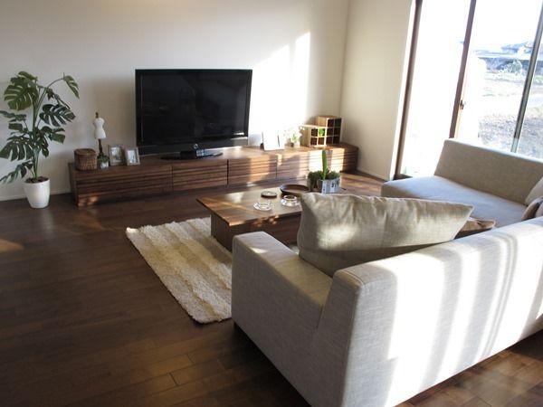 広いソファと大きなテレビボードを置いたリビング空間をご紹介!