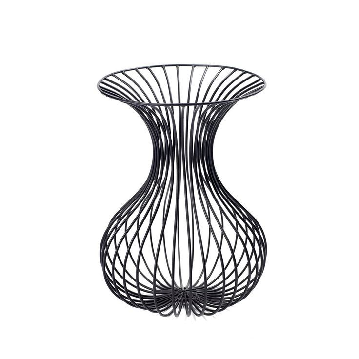 In deze decoratieve Serax vaas kunnen natuurlijk geen bloemen in.Er kan hooguit een bosje kunstbloemen of droogbloemen in gedaan worden.De vaas is ook eigenlijk alleen bedoeld ter decoratie.