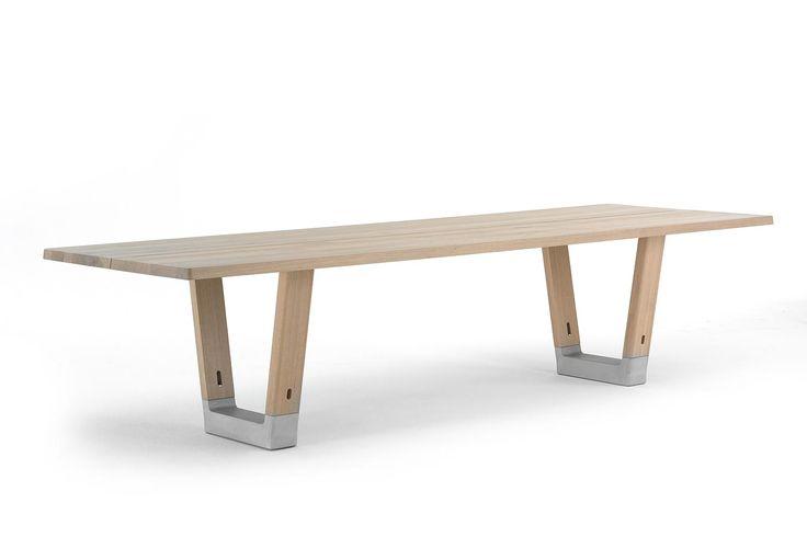 Arco tafel Base is een robuuste, no-nonsense tafel van massief hout en beton - duurzame materialen die tegen een stootje kunnen. Een tafel waarvan je weet dat de volgende generatie er ook aan kan zitten, en leven. Tafel Base is een ontwerp van Jorre van Ast en in diverse uitvoeringen en maten leverbaar.
