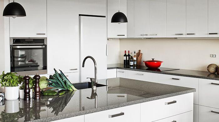 Hvad gør man ved et nedslidt og umoderne køkken? Stine og Henrik opgraderede deres 70'er køkken bl.a. med en smuk granitplade i Grå Bohus, en sort BLANCO vask samt et flot armatur fra Oras.